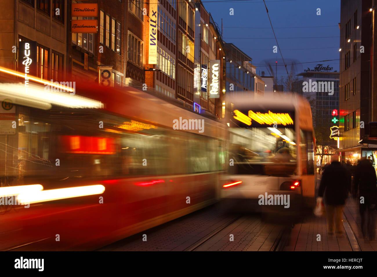 Straßenbahnen mit Geschäftshäusern in der Einkaufsstraße Obernstraße bei Abenddämmerung, Bremen, Deutschland, Europa Stock Photo