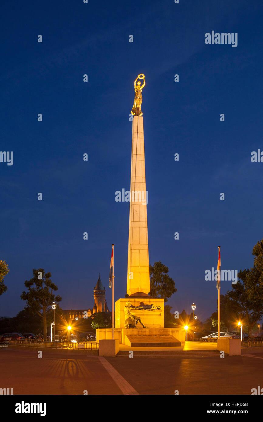 Erinnerungsdenkmal am Konstitutionsplatz bei Abenddämmerung, Luxemburg-Stadt, Luxemburg, Stock Photo