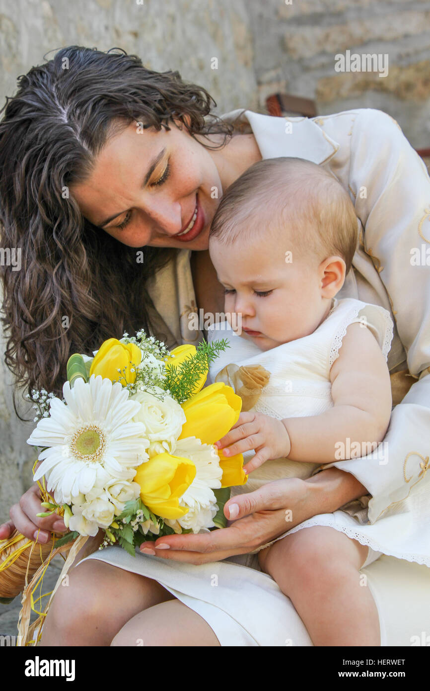 Mother and child dressed with flower bouquet - Stock Image