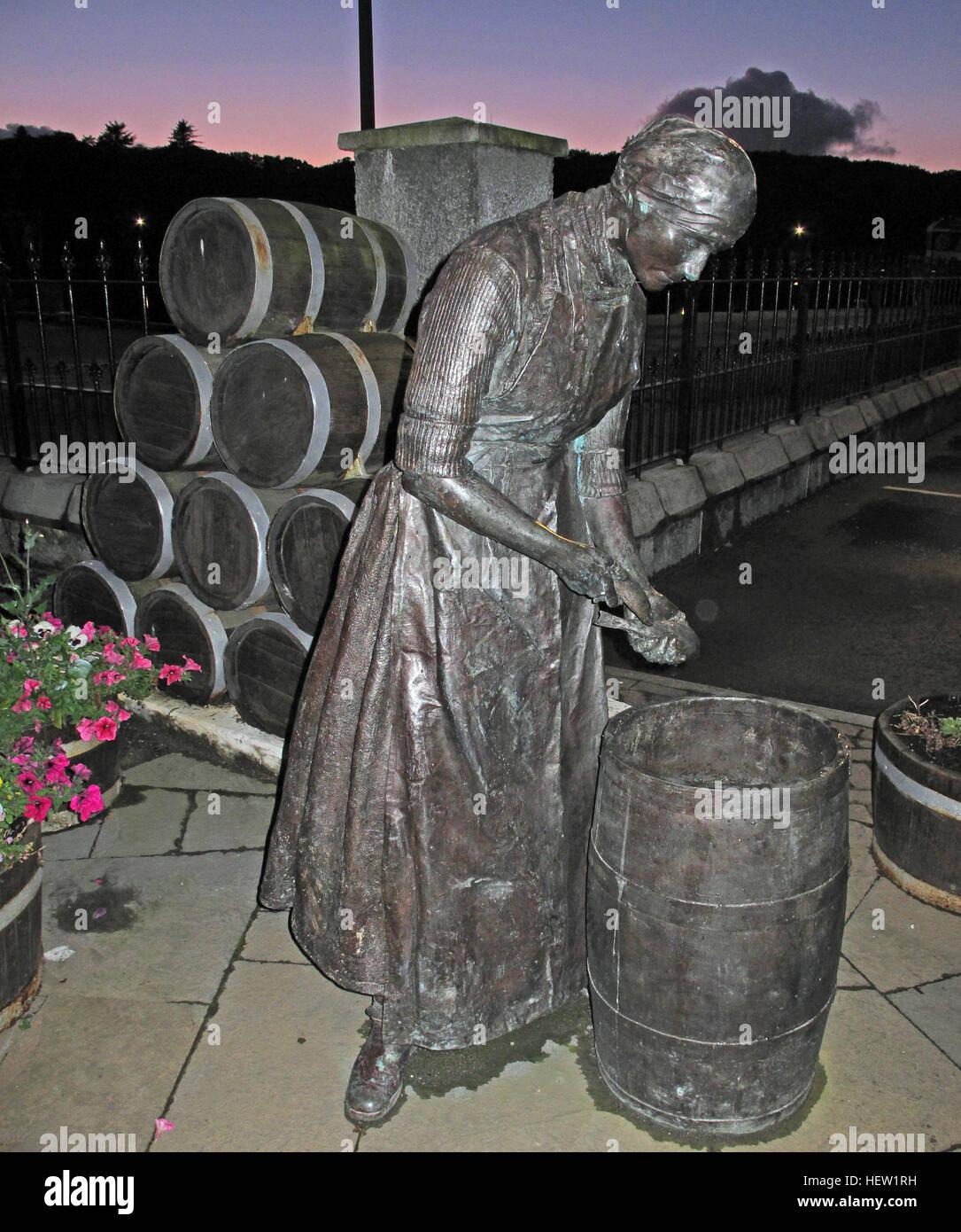 Stornoway Isle Of Lewis Herring Girl Am Hafen statue at dusk - Stock Image