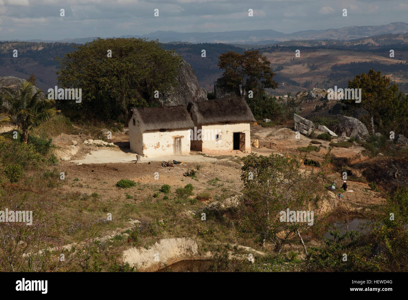 Hilltop mud brick thatched farmhouse to the south of Ambositra - Stock Image