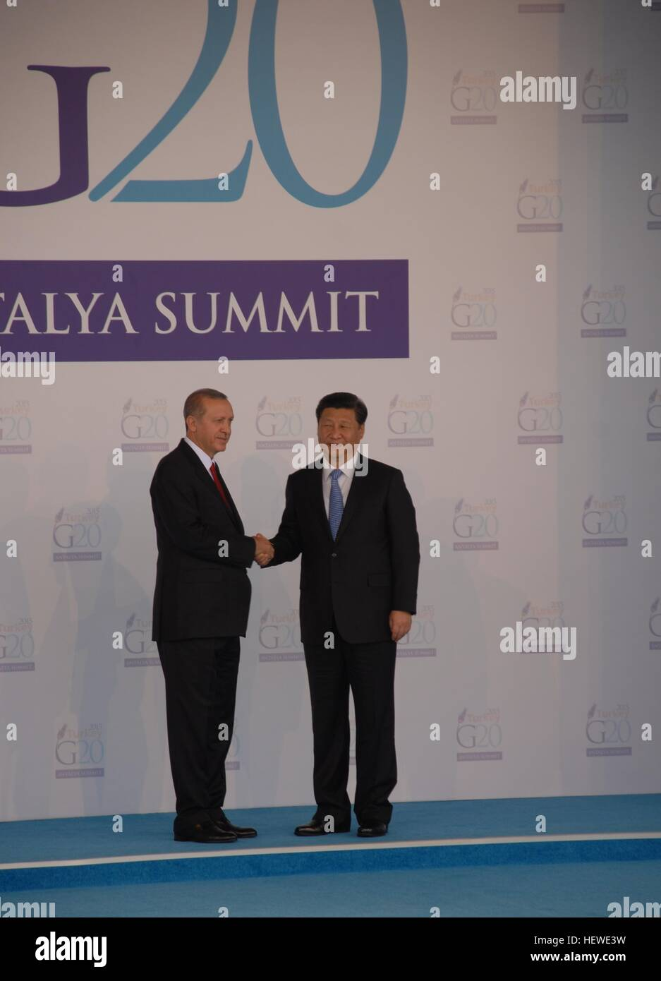 Turkish President Recep Tayyip Erdogan (L) greets China President Xi Jinping as he officially arrives for the G20 - Stock Image