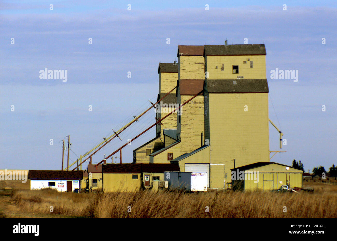 The remaining grain elevators along the abandoned Canadian Pacific Railway tracks in Mossleigh, Alberta. A farm - Stock Image