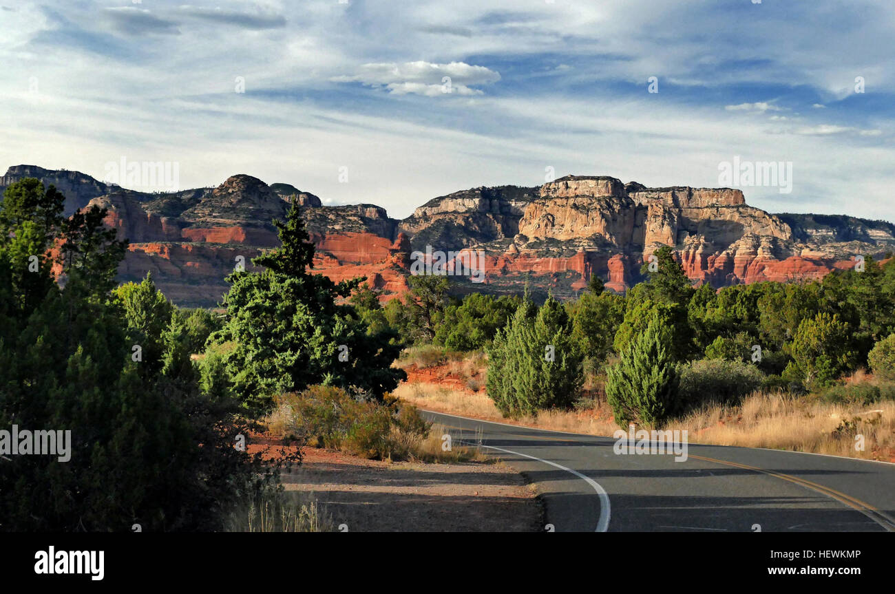 Sedona /sᵻˈdoʊnə/ is a city that straddles the county line between Coconino and Yavapai counties in the northern - Stock Image