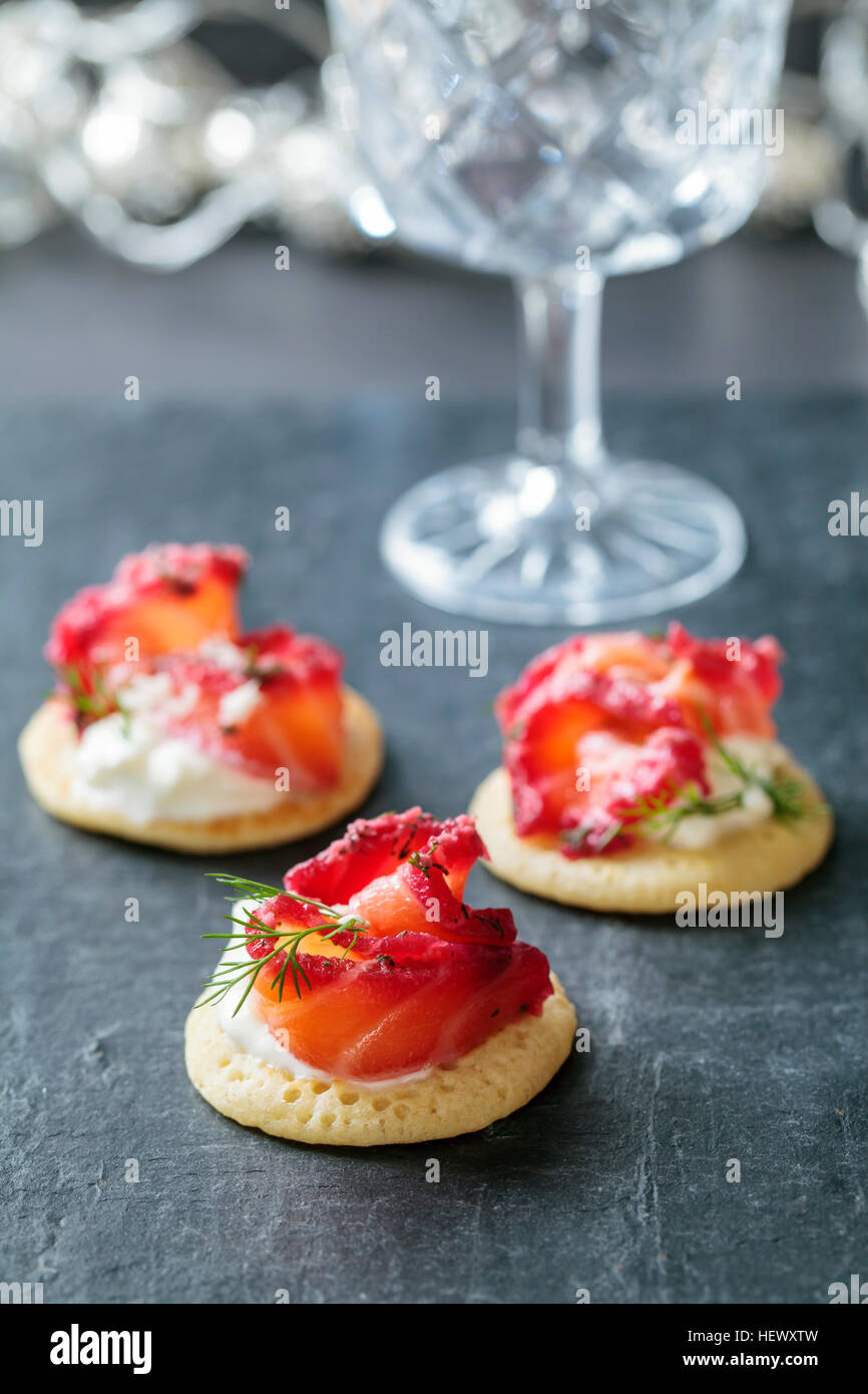 Party blinis with beetroot cured salmon, cream and horseradish - Stock Image