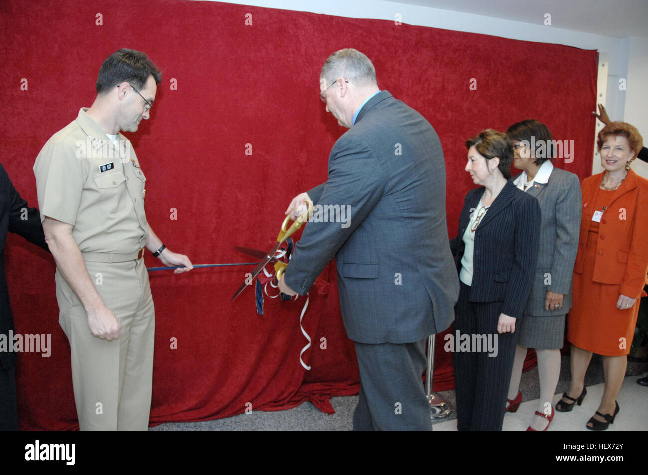 101115-N-8732C-013  WASHINGTON (Nov. 15, 2010) – Under Secretary of the Navy Robert O. Work cut the ceremonial ribbon Stock Photo