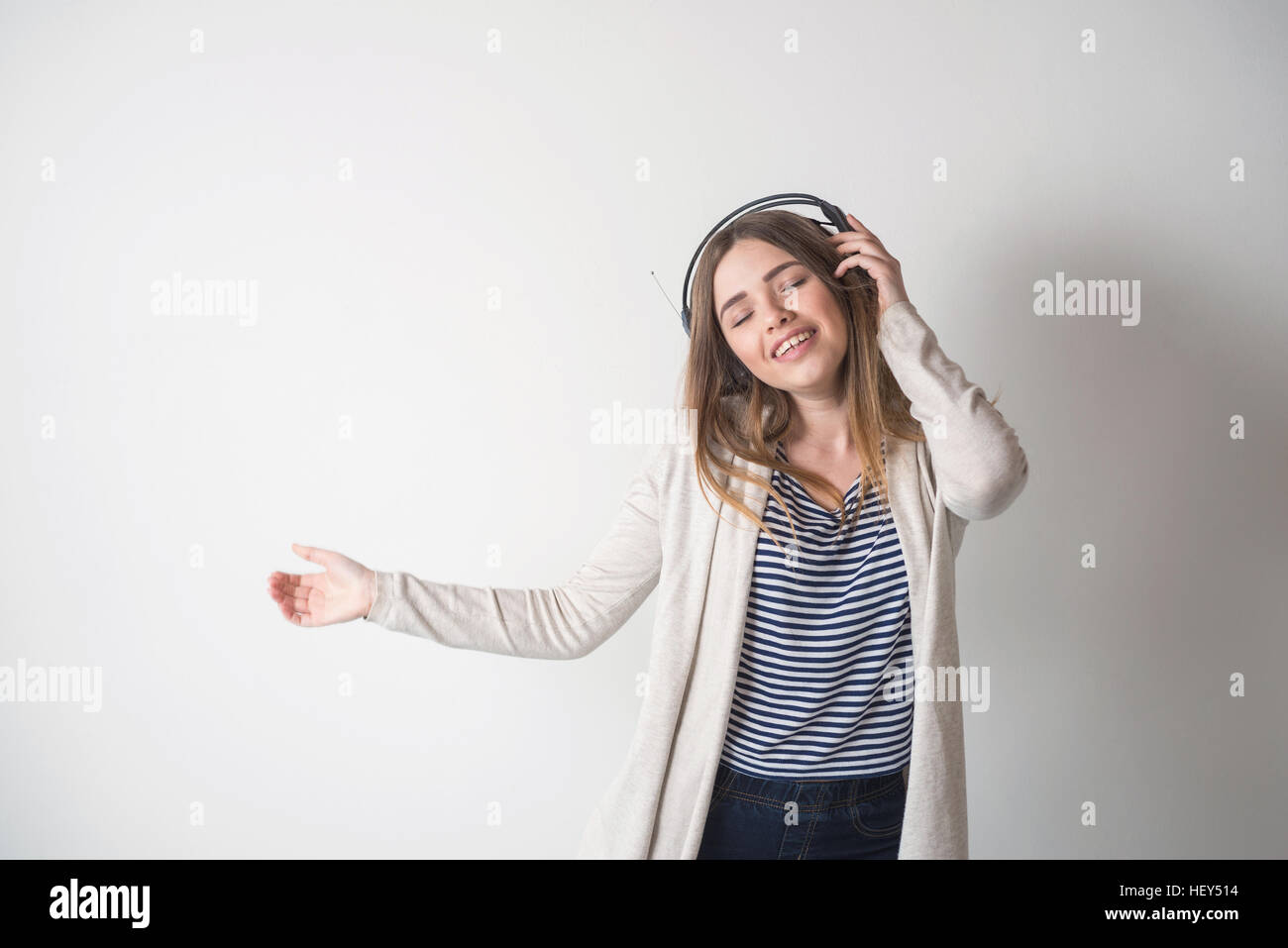 Girl with headphones, listening to music - Stock Image