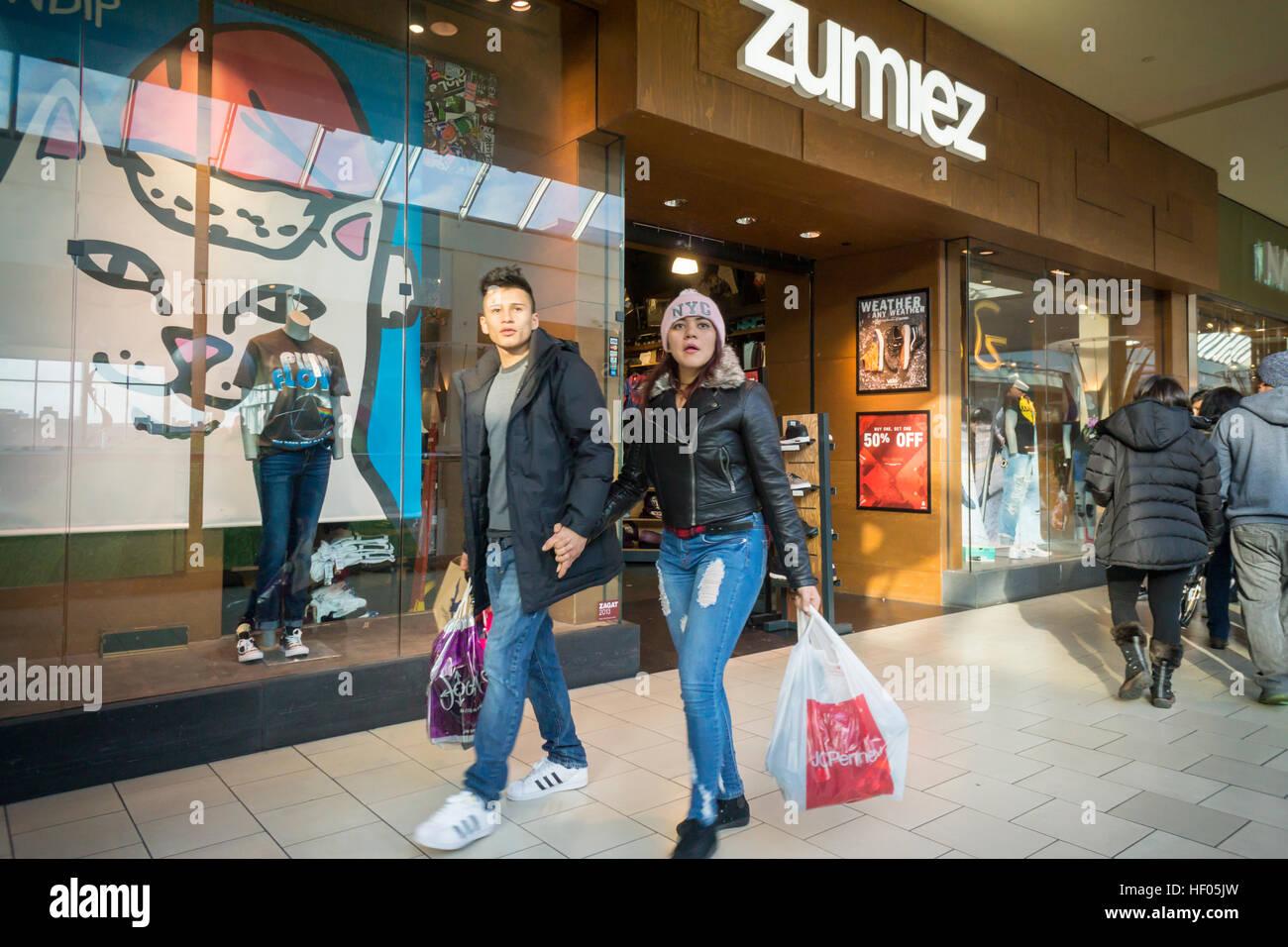 0cfad8933b223 24th Dec, 2016. Last minute shoppers outside the Zumiez