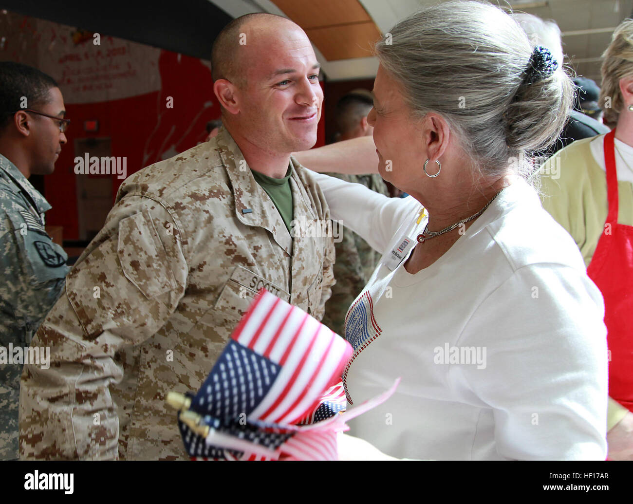 Members of the Atlanta USO welcome Lt. j.g. Chad Scott, a medical officer with Regional Command Southwest and Northbridge, - Stock Image