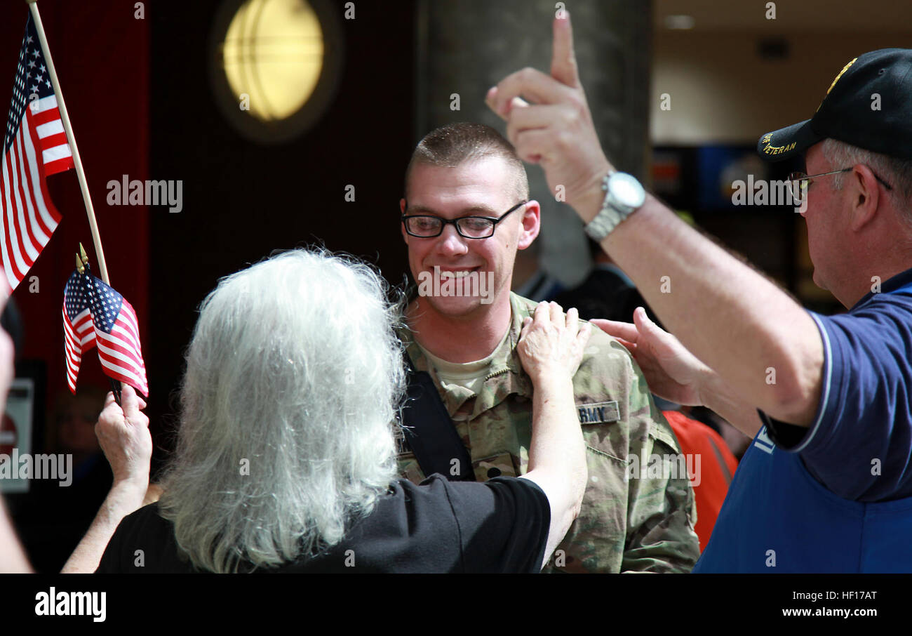 Members of the Atlanta USO welcome Spc. Richard Maliniak, a Ft. Campbell, Ky., soldier attached to the 3rd Infantry - Stock Image