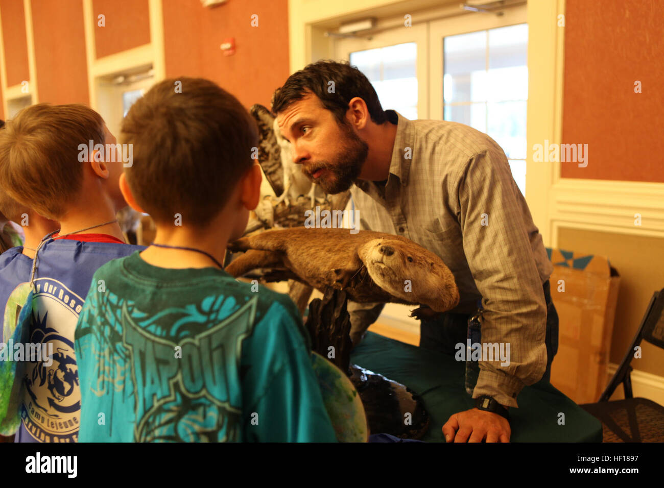 John DeLuca, a wildlife biologist aboard Marine Corps Base Camp Lejeune, listens to Brewster Middle School students' - Stock Image