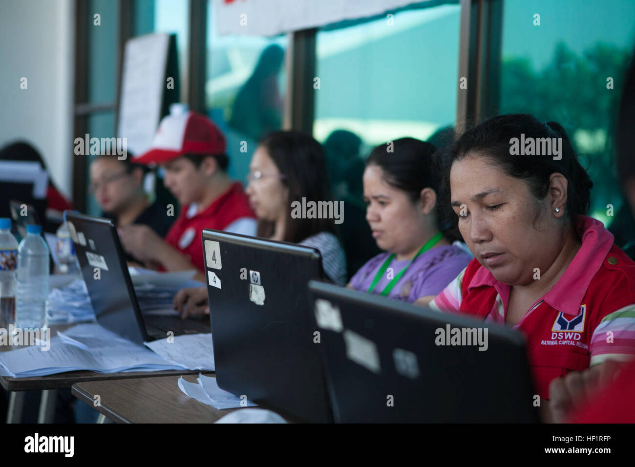 Personnel with non-governmental organizations and the Department of Social Welfare and Development process evacuees - Stock Image