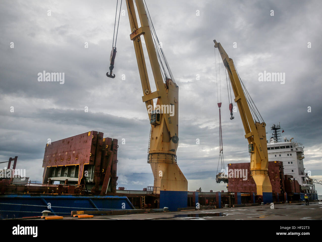 Australian dock workers off-load Marine Rotational Force - Darwin Humvees from the BBC HOUSTON for transport to Stock Photo