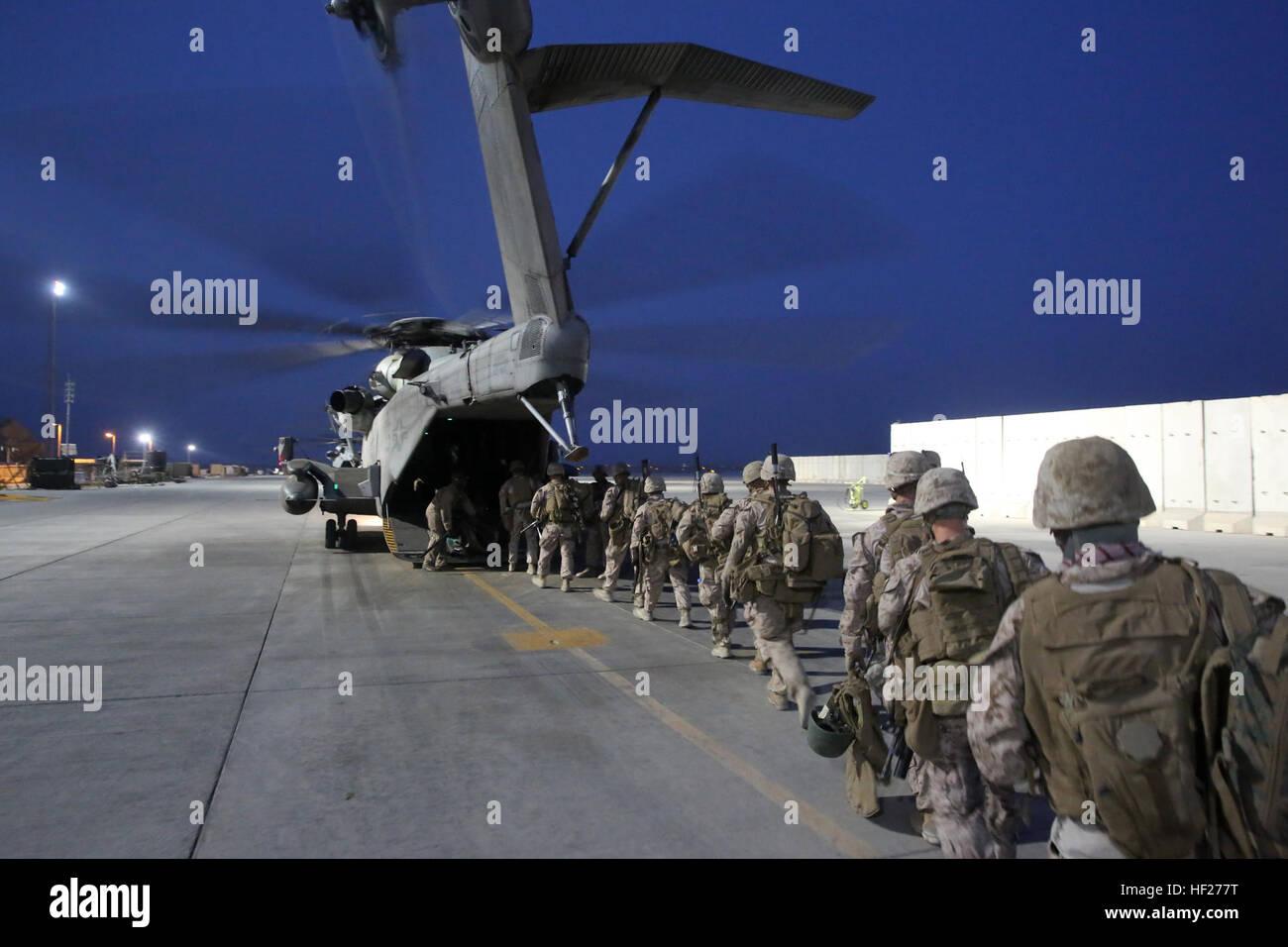 Marines with Bravo Company, 1st Battalion, 7th Marine Regiment, load onto a CH-53E Super Stallion with Marine Heavy - Stock Image