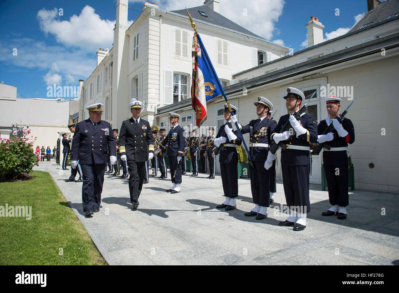 140605-N-WL435-008 CHERBOURG, France (June 5, 2014) Chief of Naval Operations (CNO) Adm. Jonathan Greenert is welcomed - Stock Image