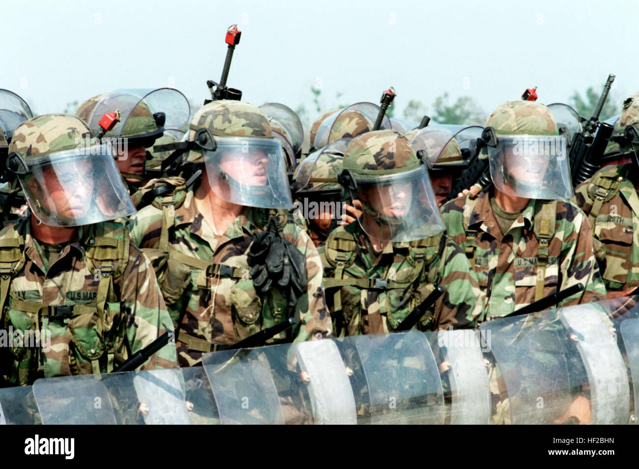 980604-M-2374T-015 U.S. Marines in riot gear build a human wall as they demonstrate one of the ways for handling - Stock Image