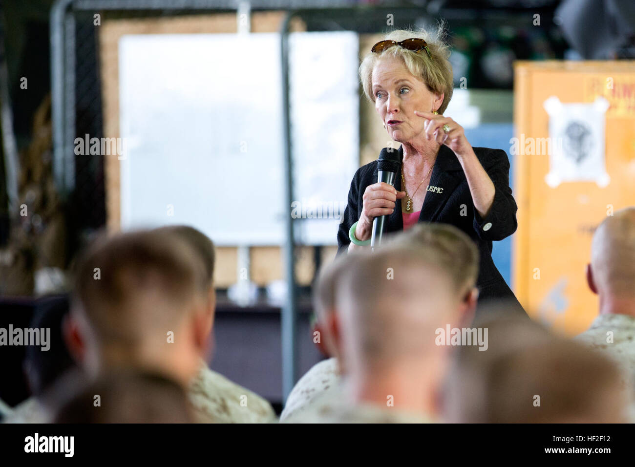 First Lady of the Marine Corps, Bonnie Amos talks to Marines with Special Purpose Marine Air-Ground Task Force Crisis Stock Photo