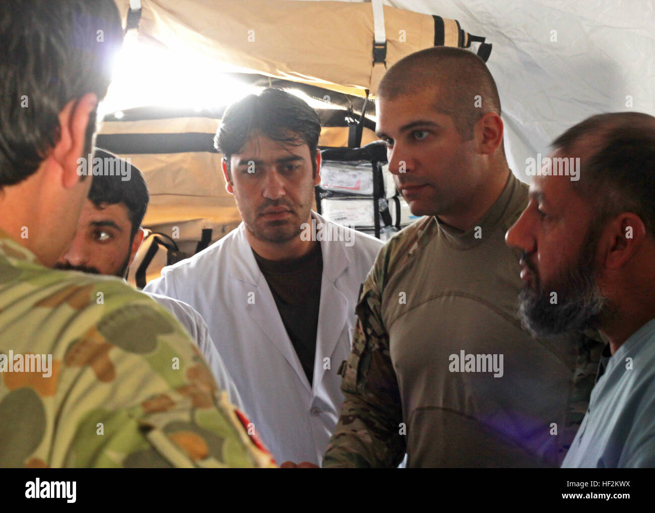 Maj. Justin Mitchell (middle right) serving with the 250th Forward Surgical Team, 62nd Medical Brigade, gives medical - Stock Image