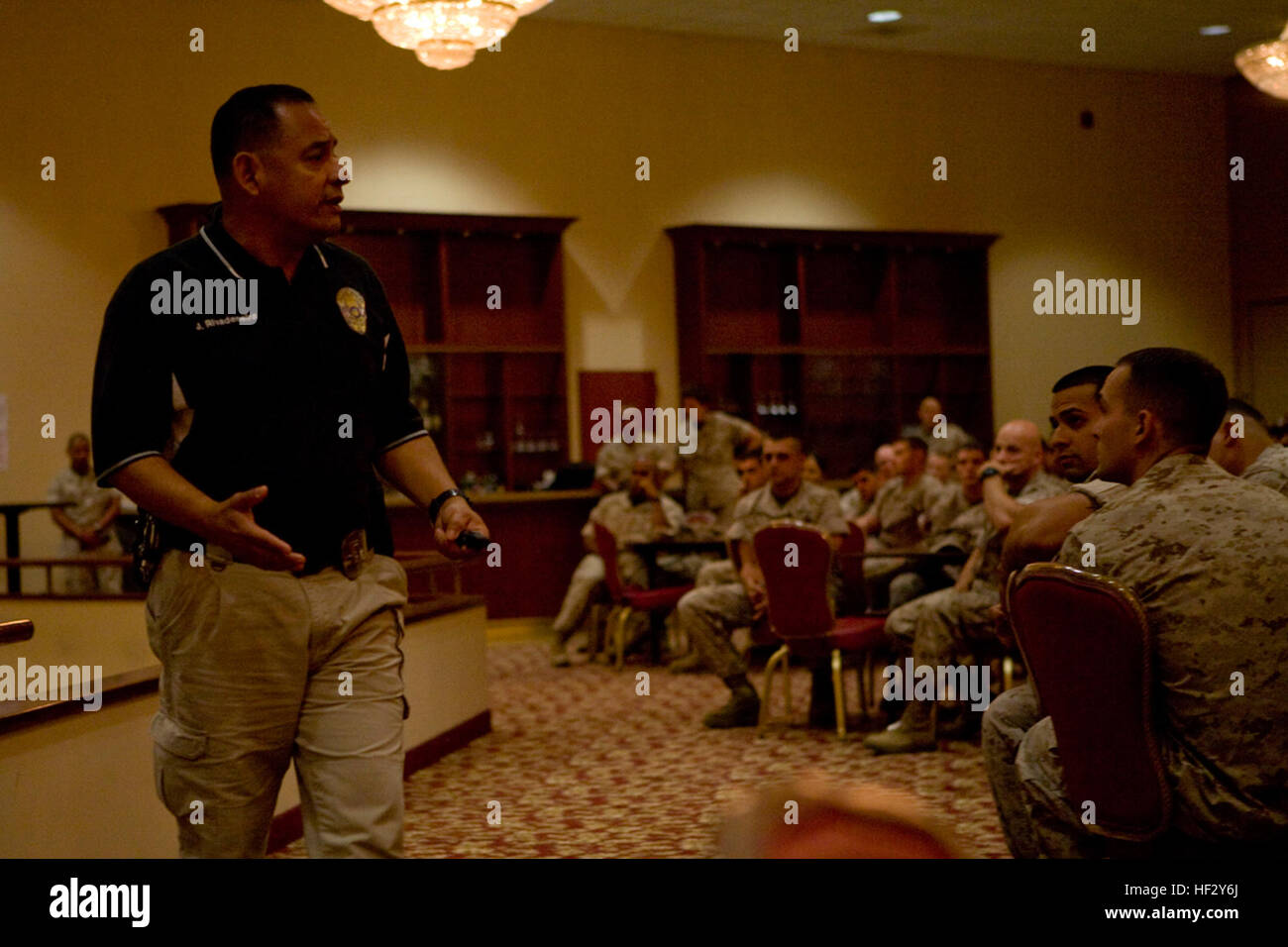 Officer Jaime Rivadeneira of the Laguna Beach Police Department speaks to service members with I Marine Expeditionary - Stock Image