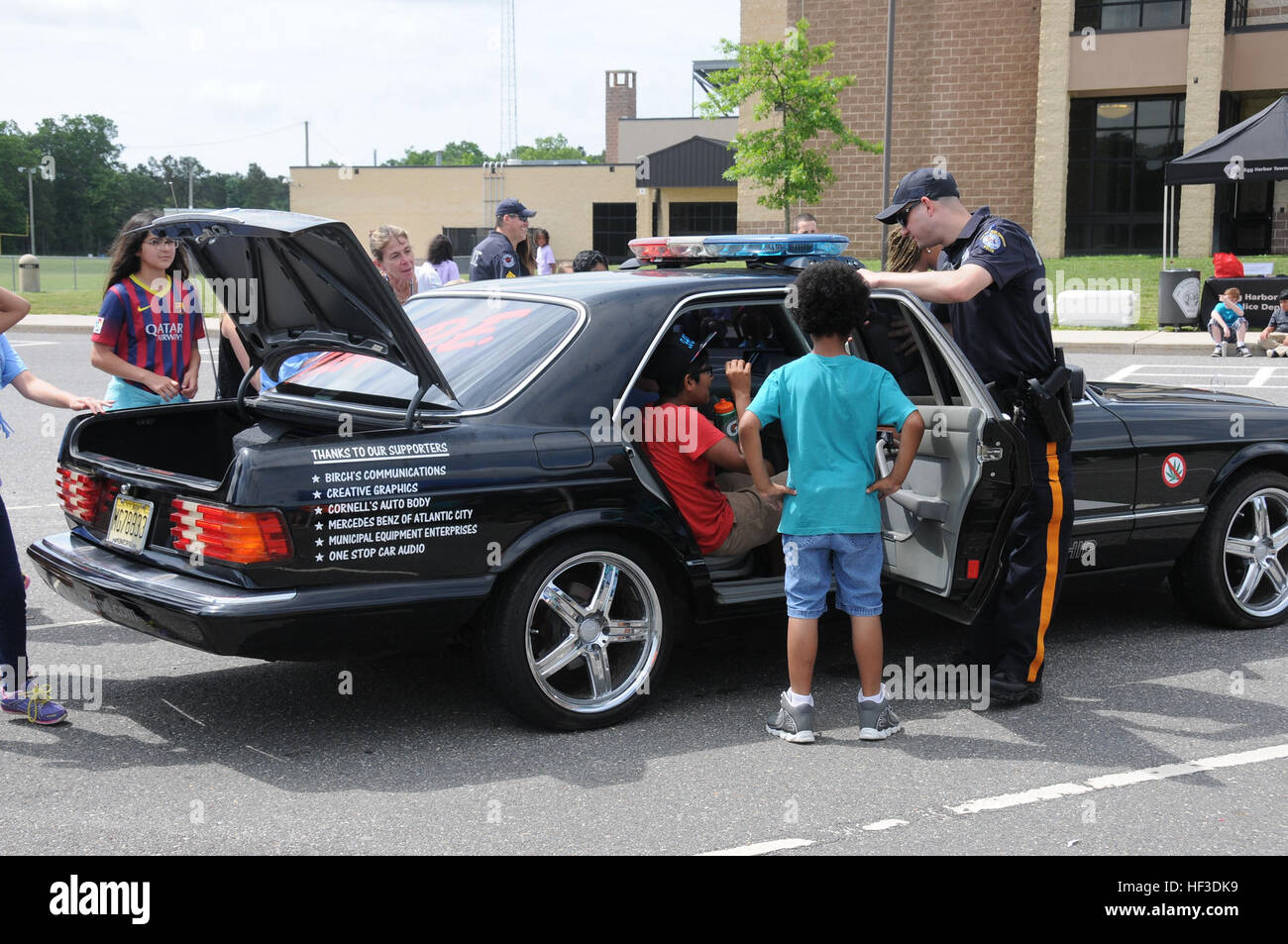 An officer from the Egg Harbor Township Police Department speaks to fifth-grade students from Dr. Joyanne D. Miller - Stock Image