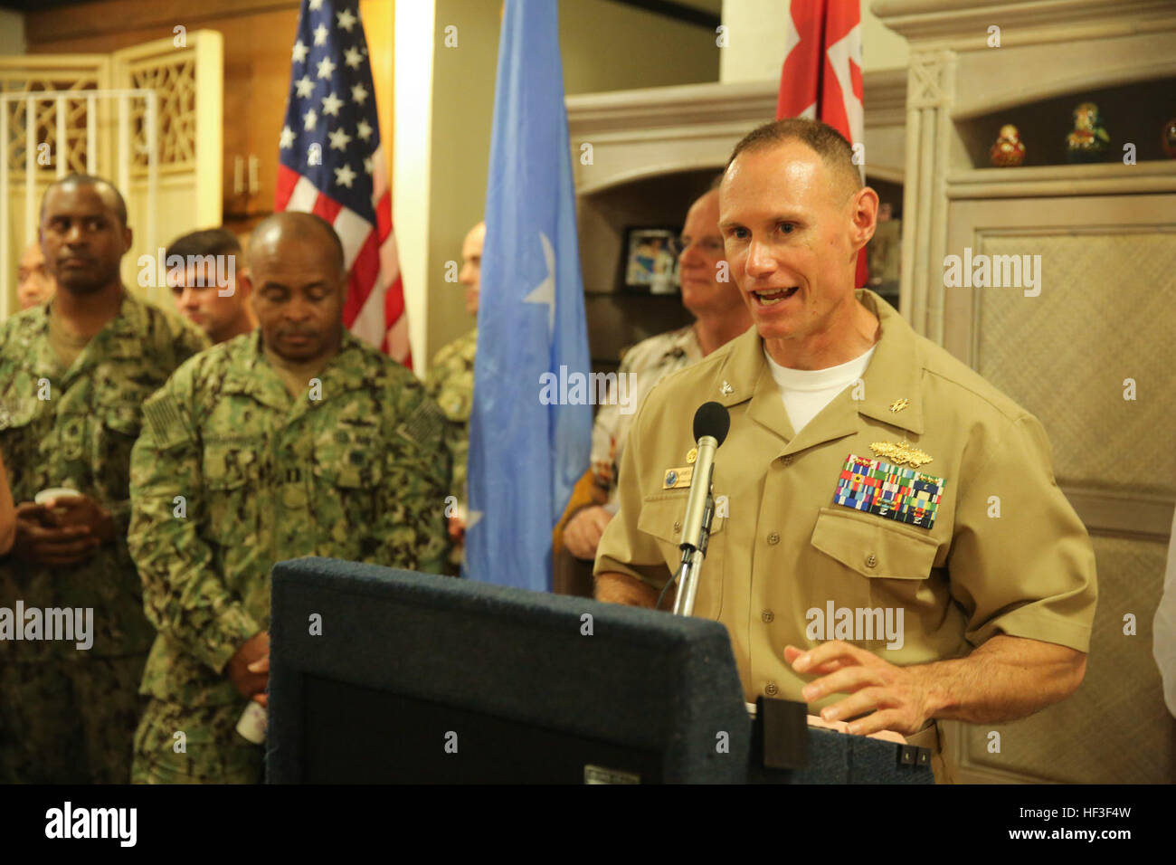 KOLONIA, Pohnpei (June 30, 2015) – Commodore, Task Force Forager, Capt. James Meyer talks to the service members - Stock Image