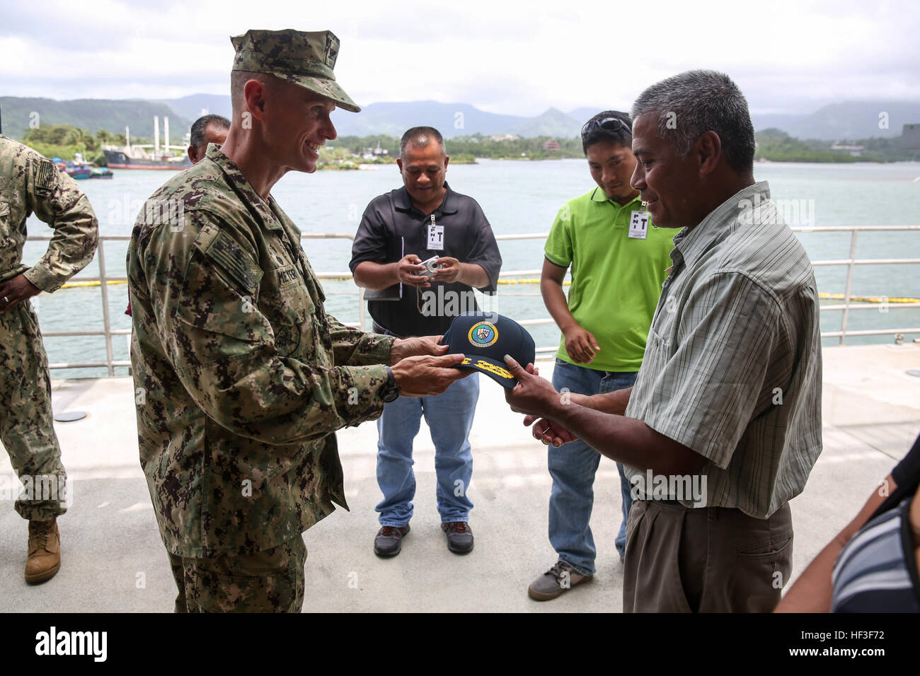 KOLONIA, Pohnpei (July 1, 2015) –Commodore, Task Force Forager, Capt. James Meyer presents a Pacific Partnership - Stock Image
