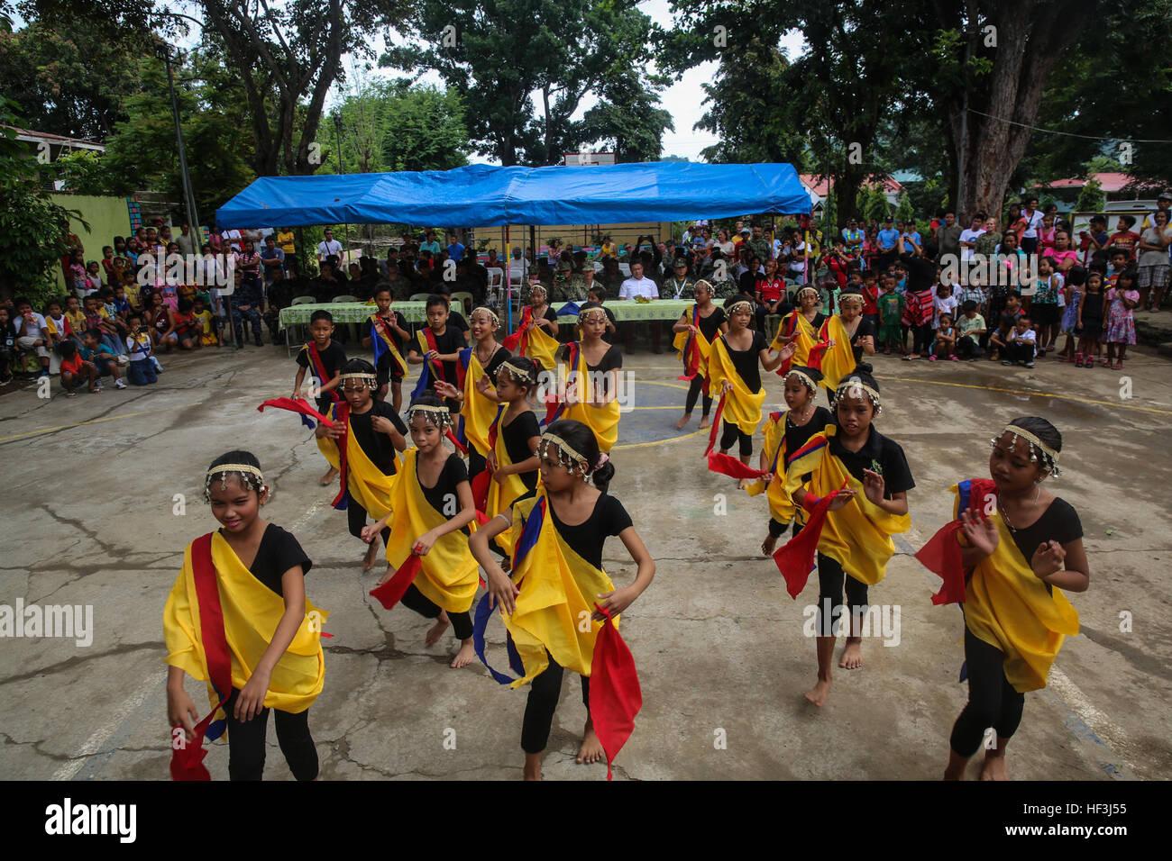 150811-M-GO800-039 SAN FERNANDO CITY, Philippines (Aug. 10, 2015) – Students at Boy-Utan Elementary School dance - Stock Image