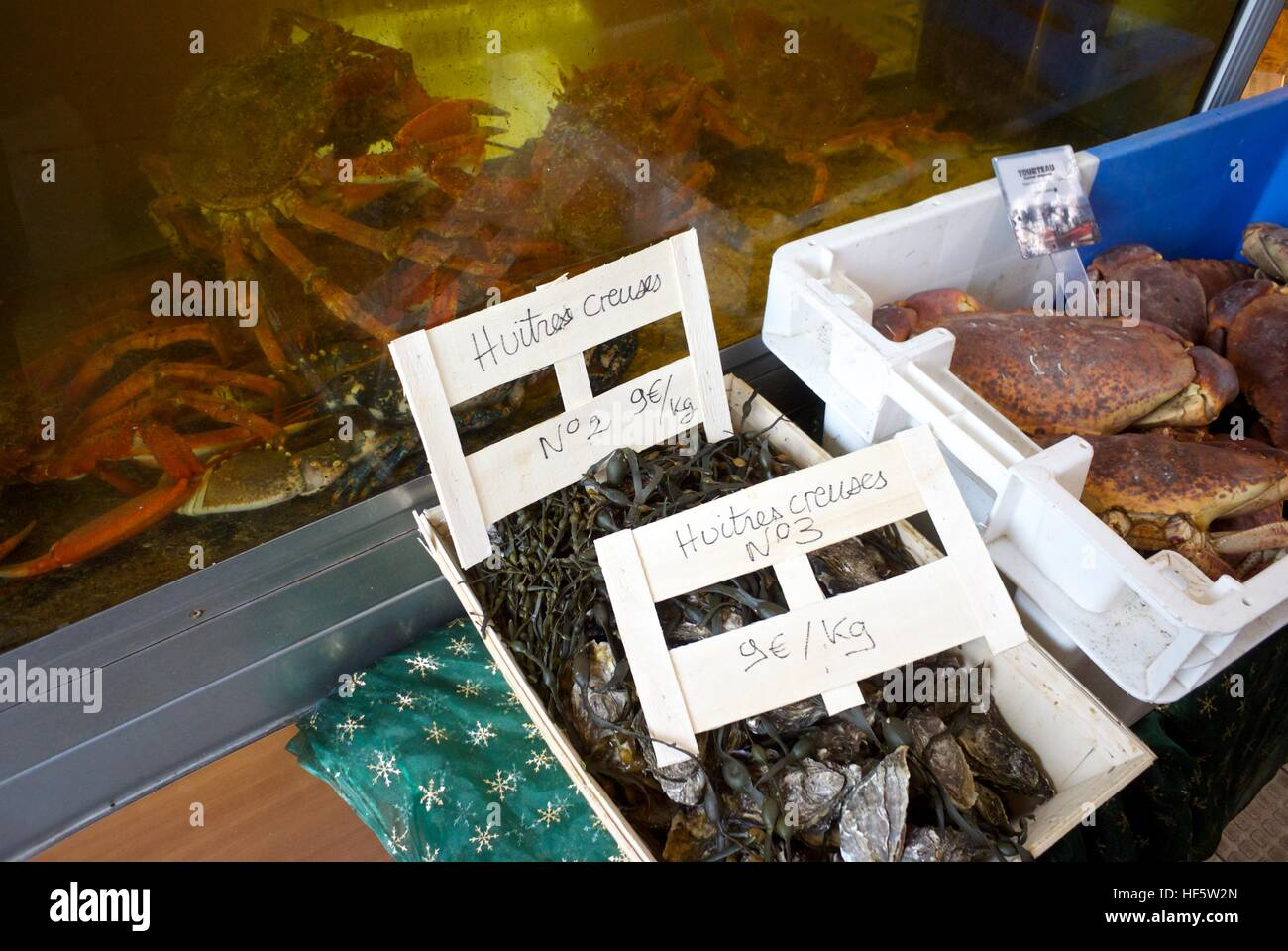 Live seafood for sale at a French Poissonerie - Stock Image