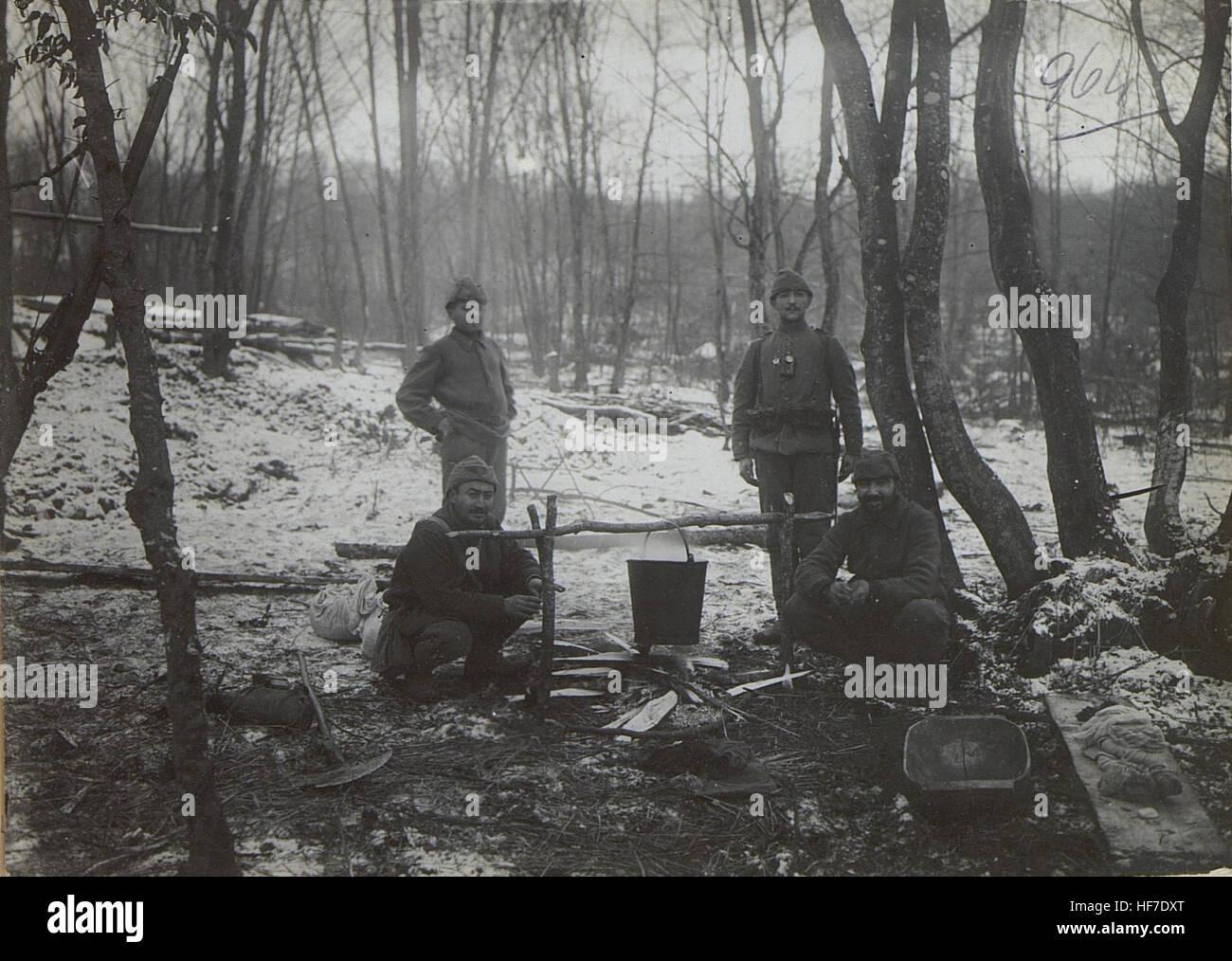 Türk.Mannschaften beim Kochfeuer im Walde bei Mieczyszczow. 15727691) - Stock Image