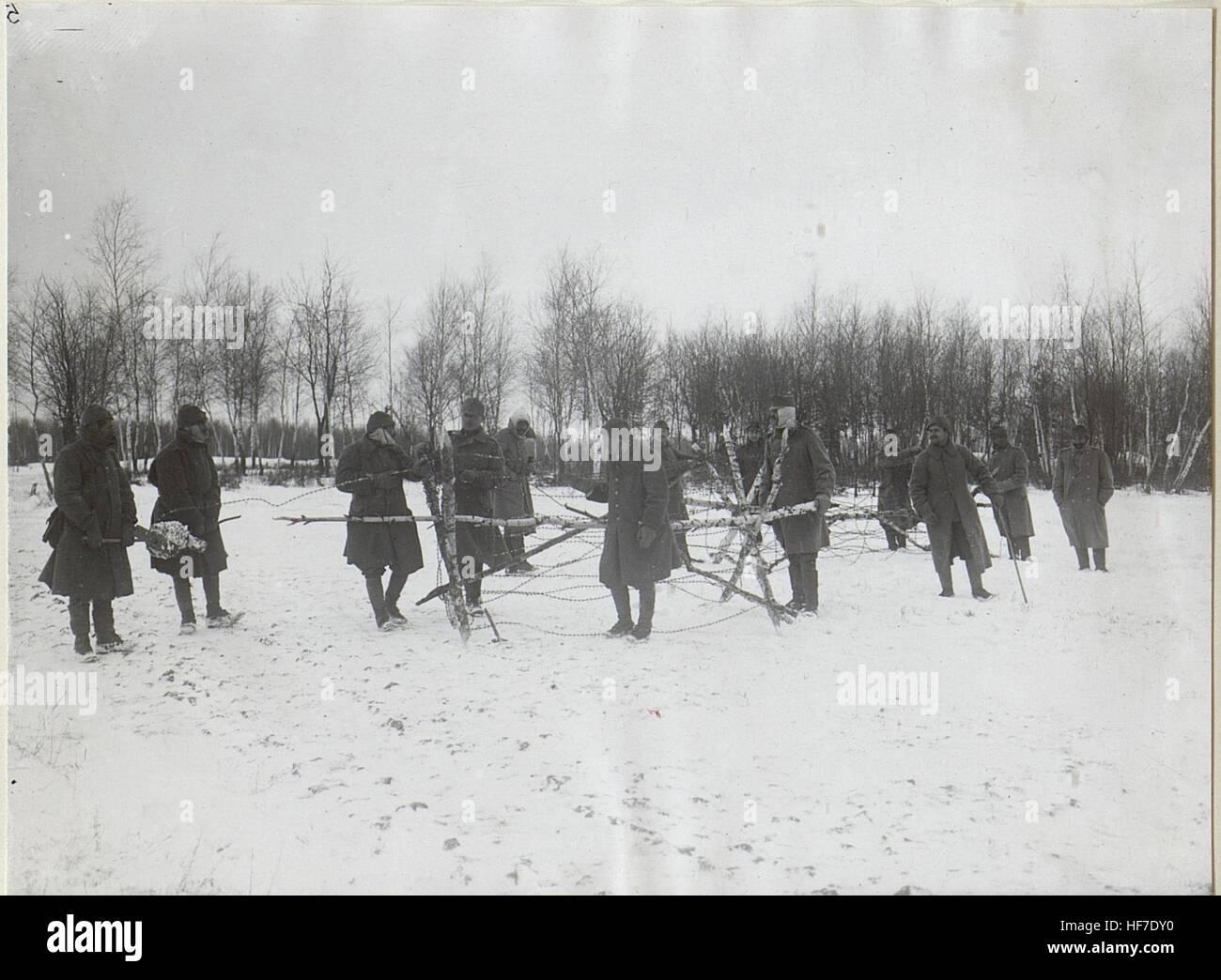 Türk.und österr.-ung. Mannschaften stellen Spanische Reiter her. 15727663) - Stock Image