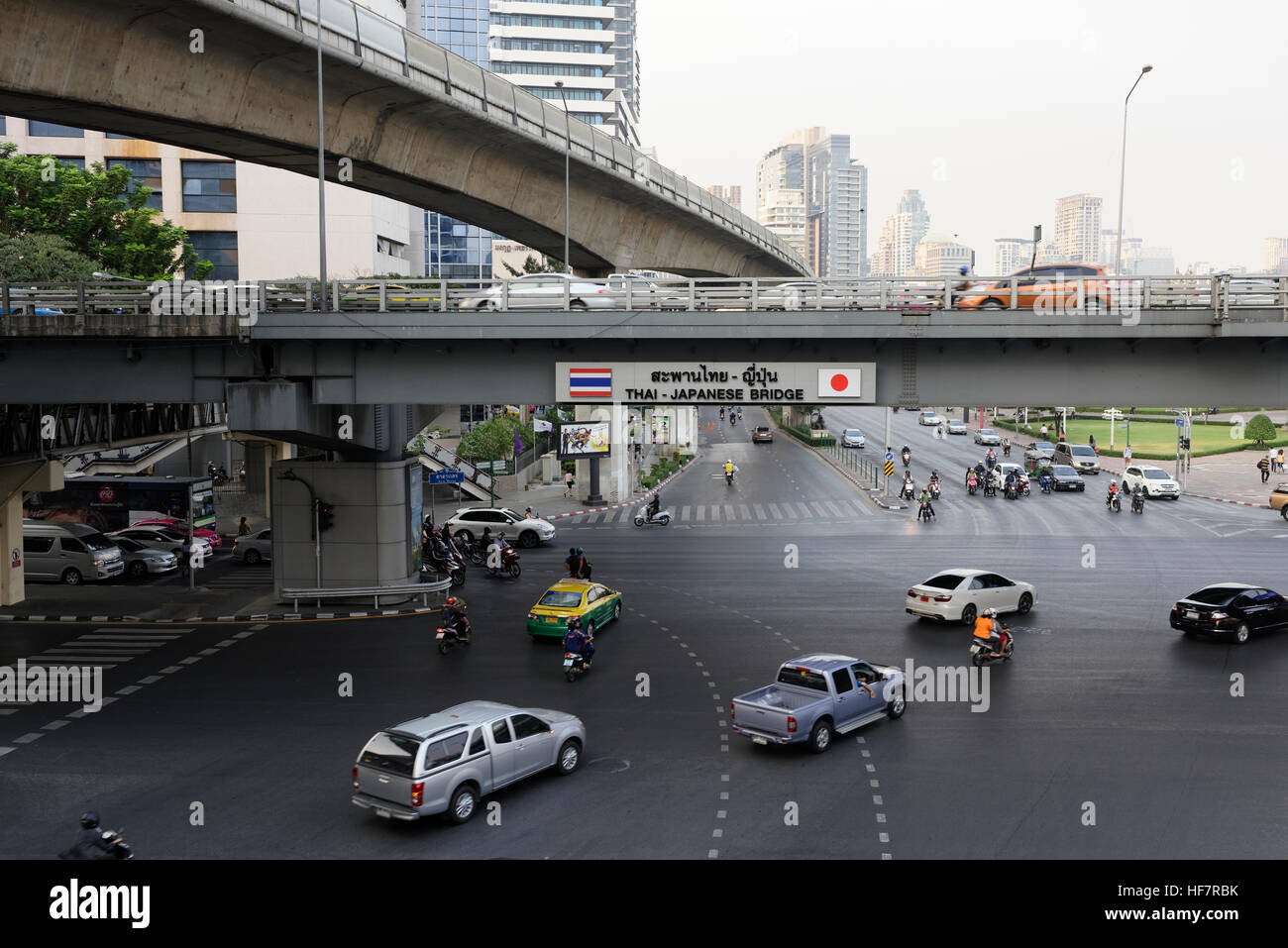 Road congestion in Bangkok under the raised flyover and skytrain - Stock Image