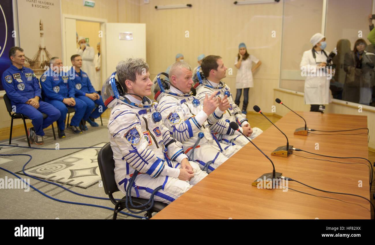 Expedition 50 NASA astronaut Peggy Whitson, left, Russian cosmonaut Oleg Novitskiy of Roscosmos, center, and ESA - Stock Image