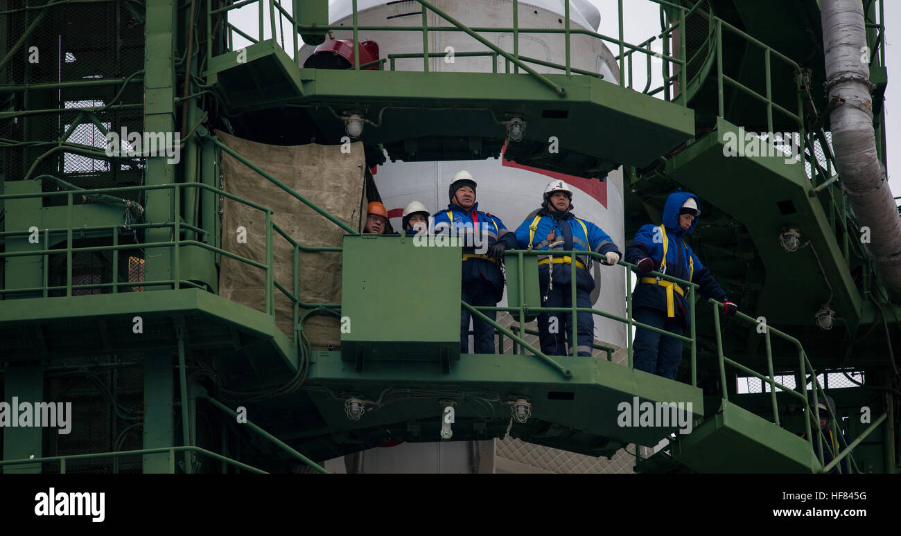 Workers are seen on the gantry surrounding the Soyuz MS-02 rocket as they wait for the arrival of the Expedition - Stock Image