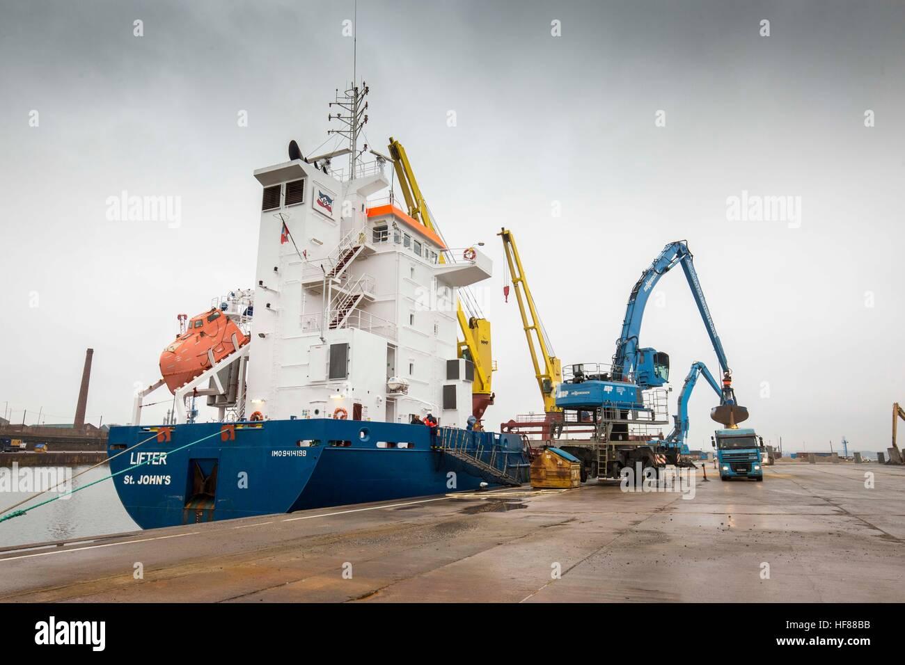 Associated British Ports - Garston , Liverpool . Unloading a ship/ - Stock Image