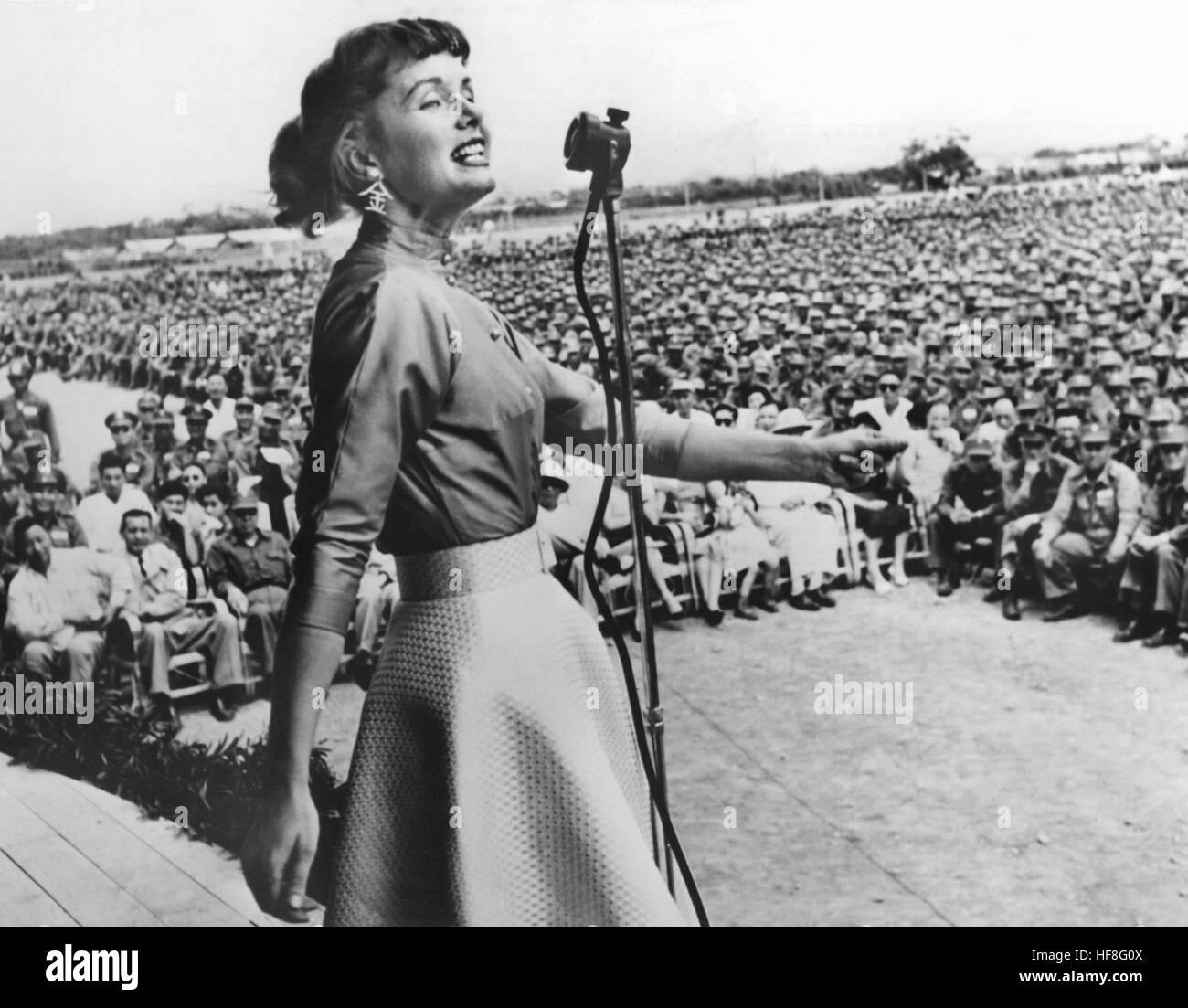 Die US-amerikanische Schauspielerin Debbie Reynolds singt 1955 in Taipeh vor chinesischen und US-amerikanischen - Stock Image