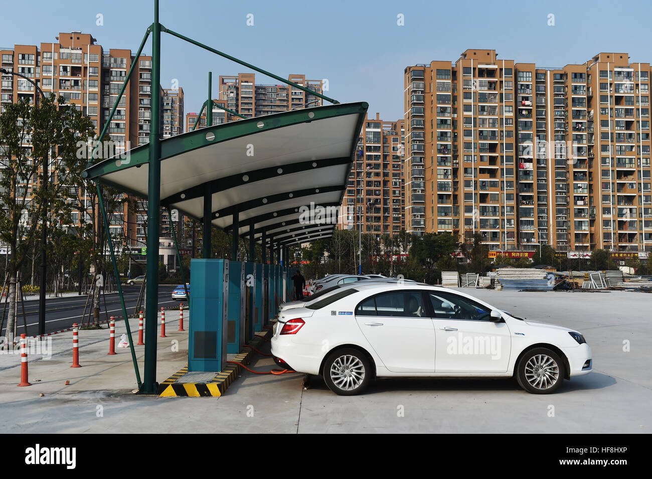 Hangzhou, China's Zhejiang Province. 29th Dec, 2016. Electric cars are charged at a charging station in Hangzhou - Stock Image