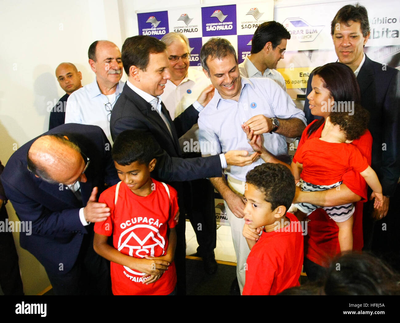 SÃO PAULO, SP - 29.12.2016: ENTREGA DE APARTAMENTOS DA PRIMEIRA PPP - Pictured elected mayor João Doria family makes for key delivery. Governor Geraldo Alckmin delivered on the morning of Thursday (29), at Rua São Caetano in downtown São Paulo, 126 apartments of the first Public-Private Partnership (PPP) in the country housing for low-income families. They attended the event Mayor Fernando Haddad and the mayor elected John Doria. (Photo: Aloisio Mauricio/Fotoarena) Stock Photo