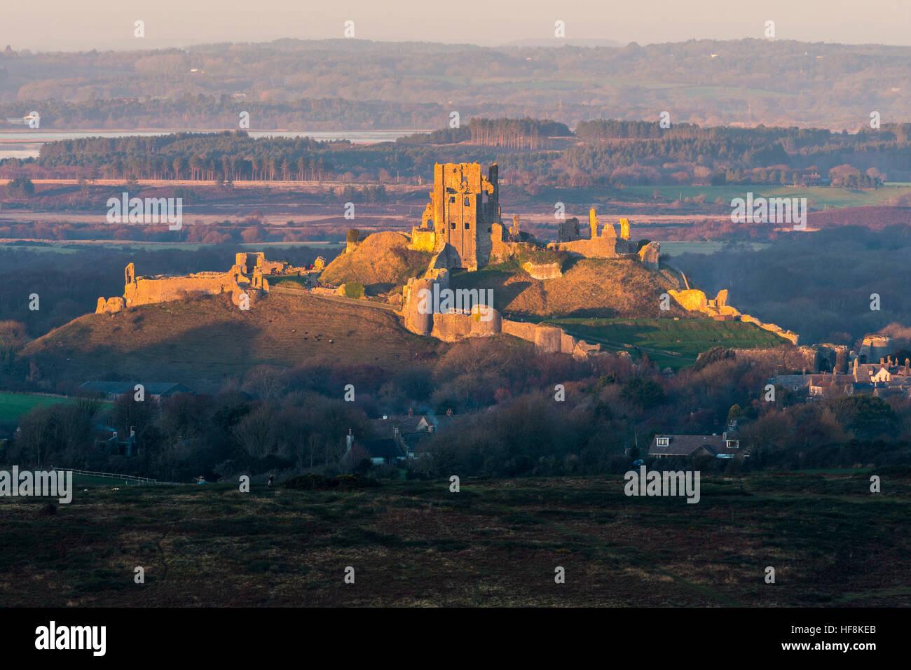 Corfe Castle, Dorset, UK.  29th December 2016.  UK Weather.  The last rays of sunshine illuminate the ruins of Corfe - Stock Image