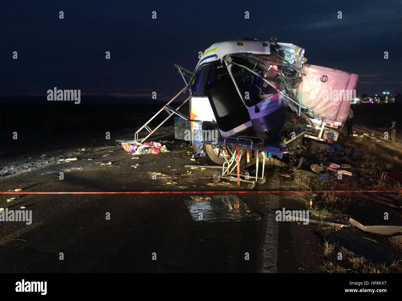 Chihuahua, Mexico. 29th Dec, 2016. Image provided by the Mexican Federal Police shows the collision site of a bus Stock Photo