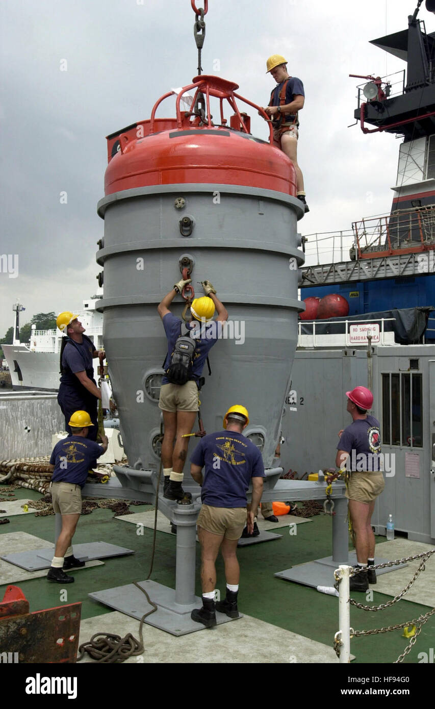000929-N-1523C-002 OFF THE COAST OF SINGAPORE (September 28, 2000) -- Members of the U. S.  Navy's Deep Submergence - Stock Image
