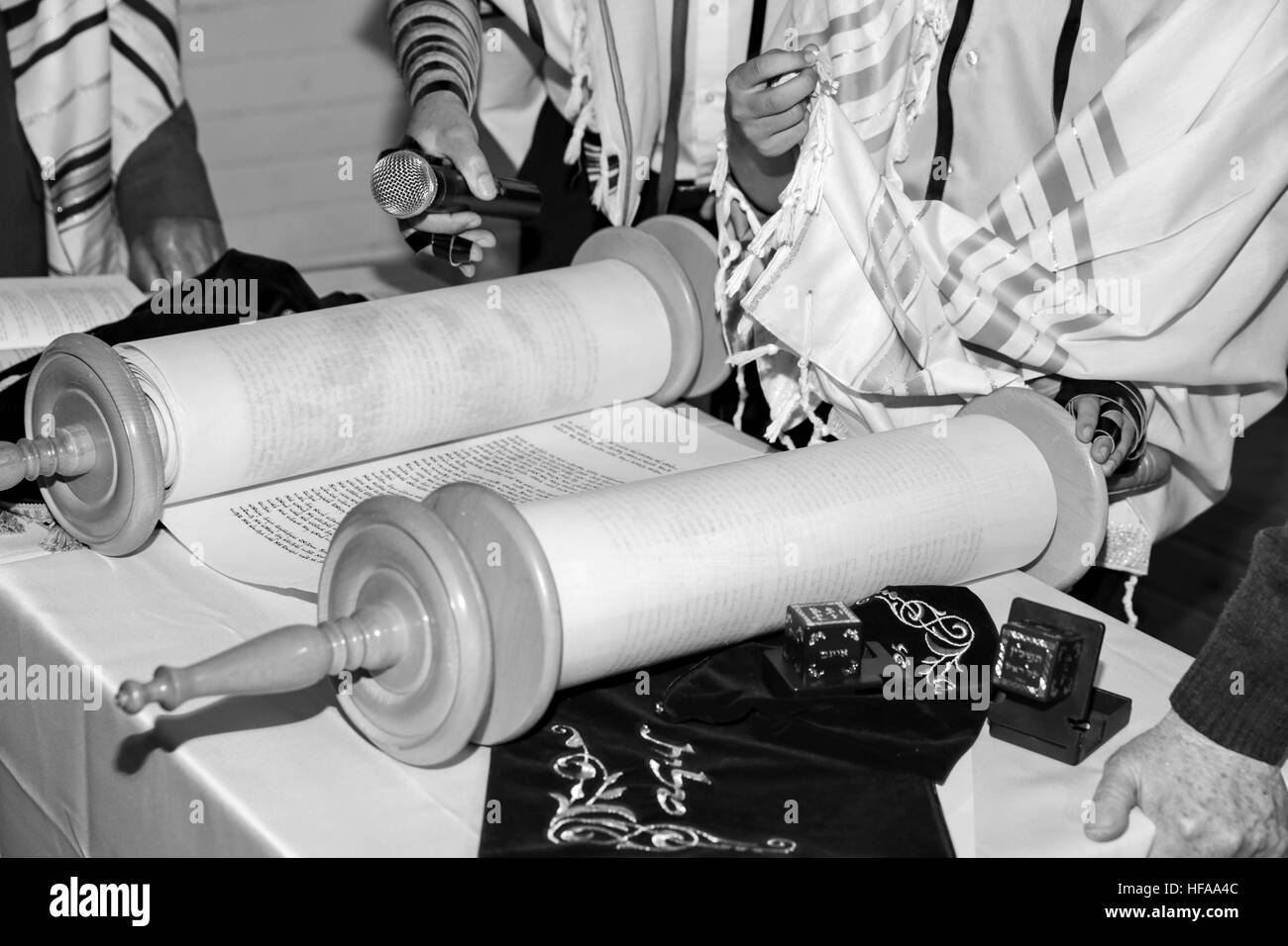 Reading the Torah scrolls - Stock Image