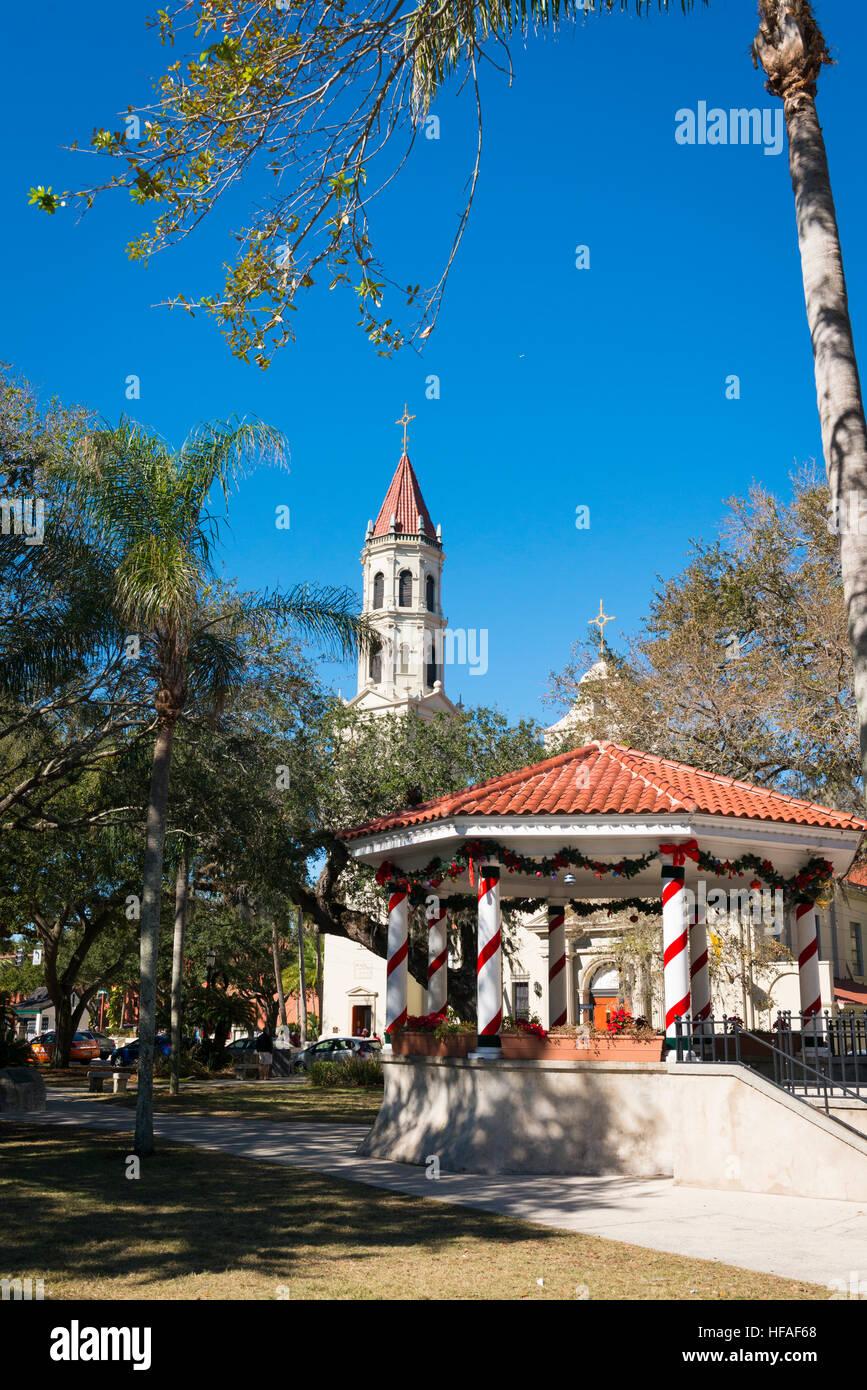 USA Florida St Augustine gazebo in Plaza de la Constitucion & Church spire in background - Stock Image