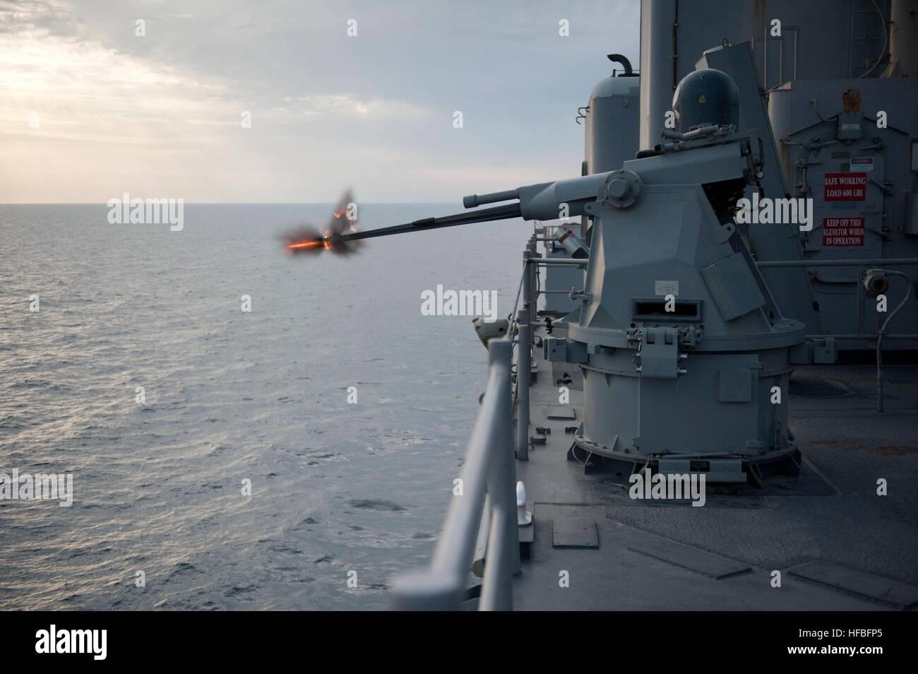 120127-N-KS651-510  ARABIAN GULF (Jan. 27, 2012) An MK38 MOD 2 25mm machine gun system aboard the amphibious dock - Stock Image
