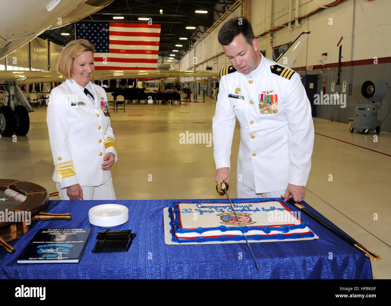 120907-N-FJ200-134  WASHINGTON (Sept. 7, 2012) Vice Adm. Robin Braun, Chief of Navy Reserve, watches Cmdr. George - Stock Image
