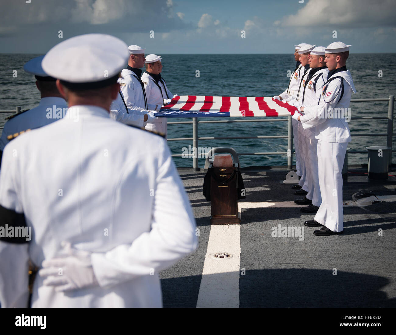 ATLANTIC OCEAN (Sept. 14, 2012) Members of the U.S. Navy Ceremonial Guard hold an American flag over the cremains - Stock Image
