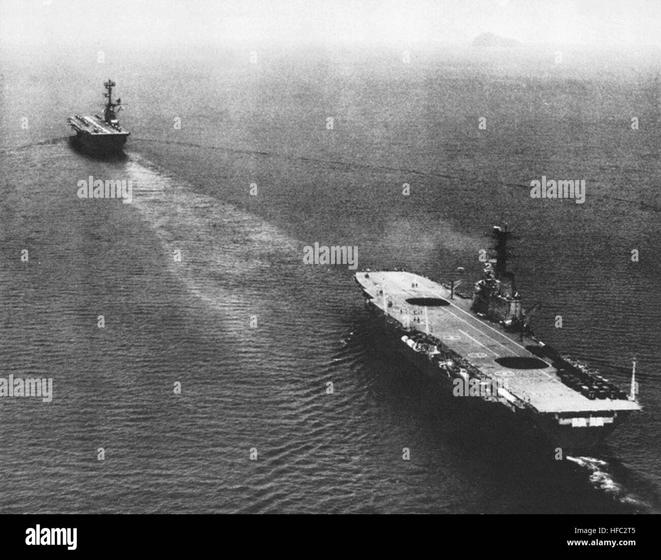 HMAS Sydney (R17) and USS Valley Forge (LPH-8) underway in May 1964 - Stock Image