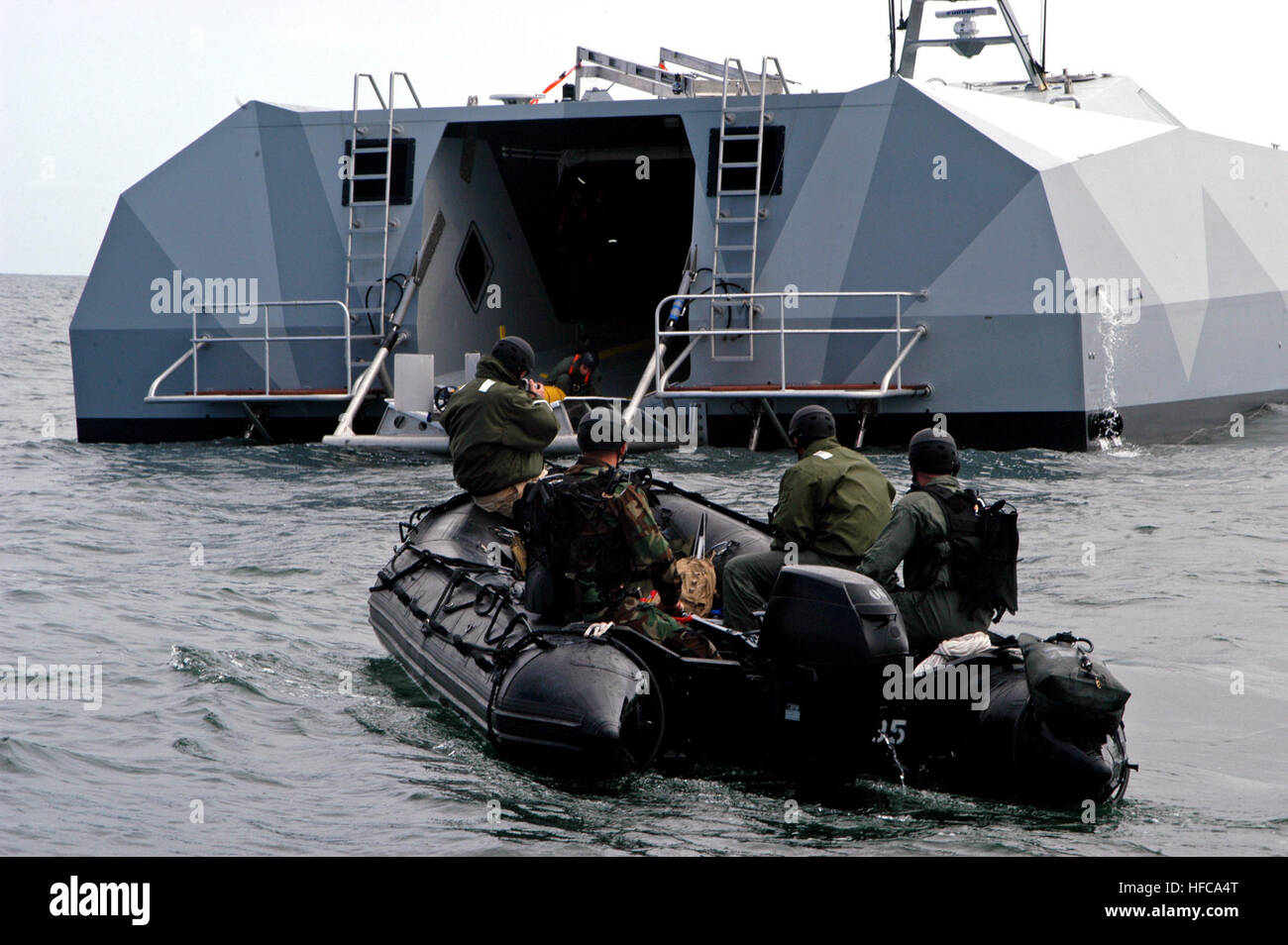 060506-N-4021H-122 San Diego (May 6, 2006) - Sailors assigned to Naval Special Clearance Team One (NSCT-1) prepare - Stock Image