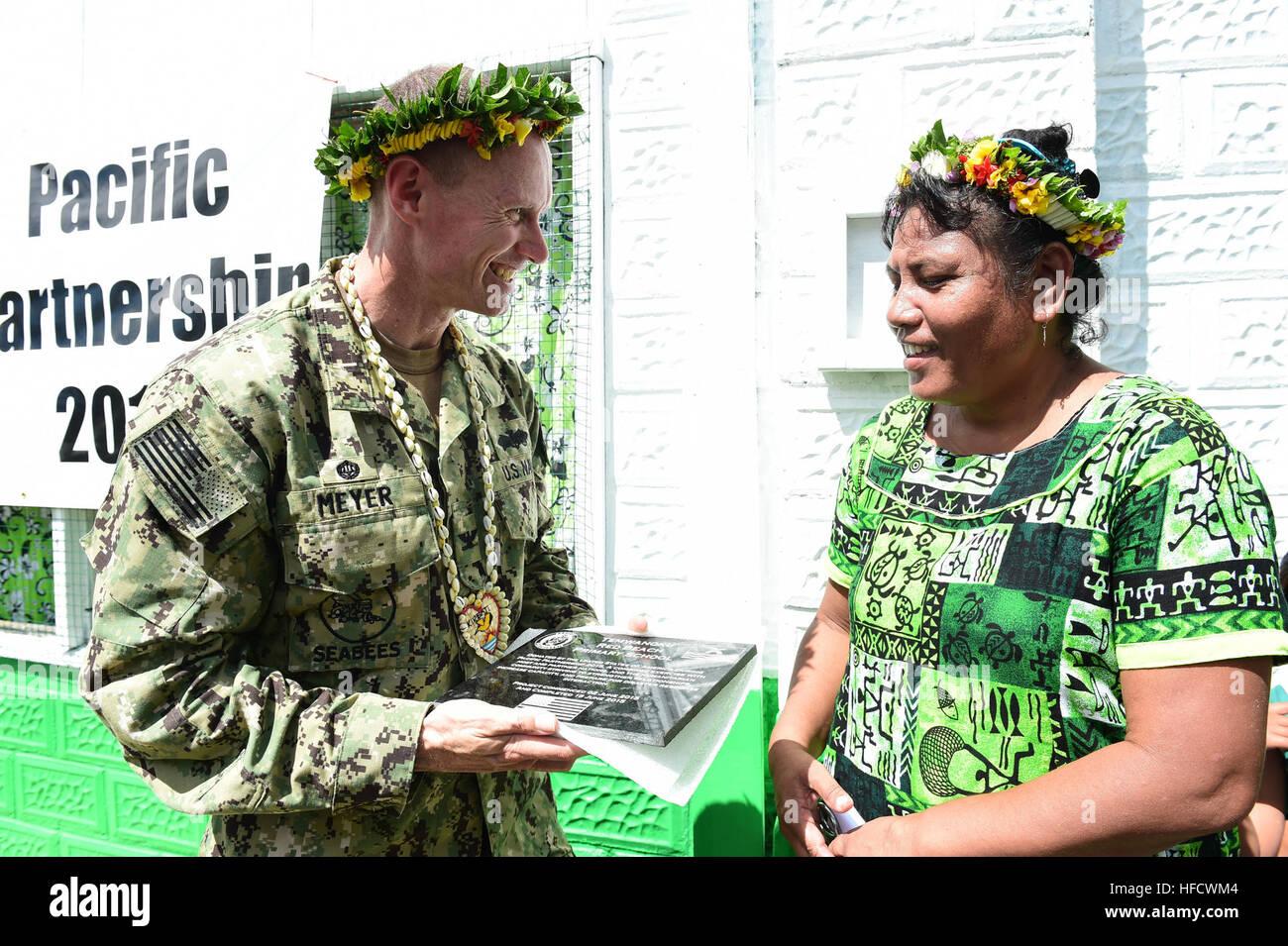 TARAWA, Kiribati (June 17, 2015) – Commodore, Task Force Forager Capt. James Meyer presents a plaque to the principal - Stock Image