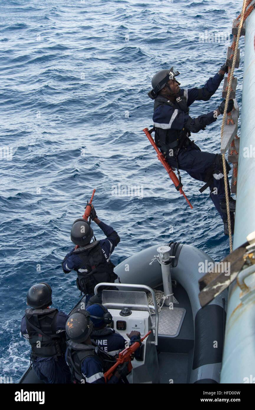 150425-N-TC720-035 ATLANTIC OCEAN (April 25, 2015) Members of the Senegalese military embark the Portuguese navy - Stock Image