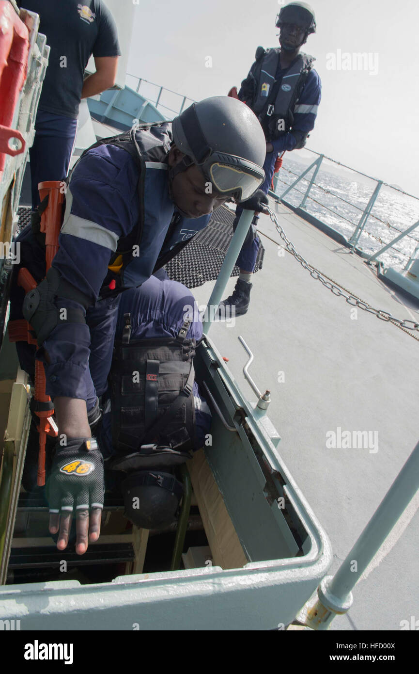 150425-N-TC720-090 N.P.R. BARTOLOMEU DIAS (April 25, 2015) Maritime forces, from Senegal, search a hatchway onboard - Stock Image